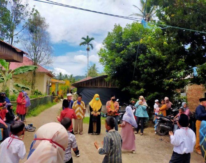 Nevi Zuairina Bertemu Warga Kecamatan Mungka kabupaten Limapuluh Kota, Berdialog dan Berbagi Sarung 100 Buah