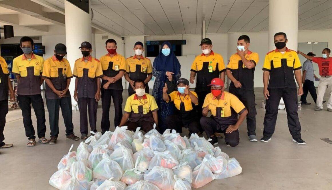 Nevi Zuairina Berbagi Paket Sembako Untuk Porter BIM