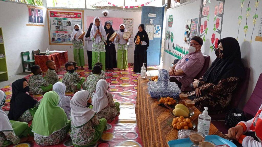 Nevi Zuairina Mengunjungi Lembaga Pendidikan yang Mendapat Bantuan
